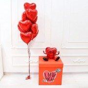 Коробка с наклейкой и шарами сердцами красного цвета