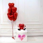 Коробка с шарами в форме сердца и наклейкой