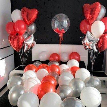 Праздничное украшение интерьера красными шарами сердцами