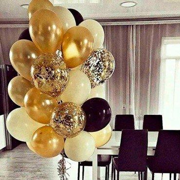 Фонтан из воздушный шариков в золотых и черных тонах