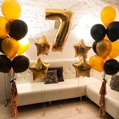 Композиция праздничная с золотыми и черными шарами и звездами
