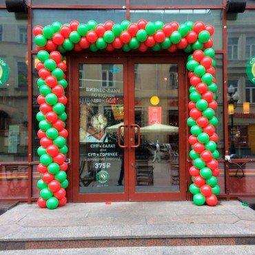 Оформление шарами магазина на улице