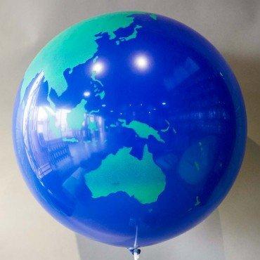 Воздушный шар гигант в форме планеты земля