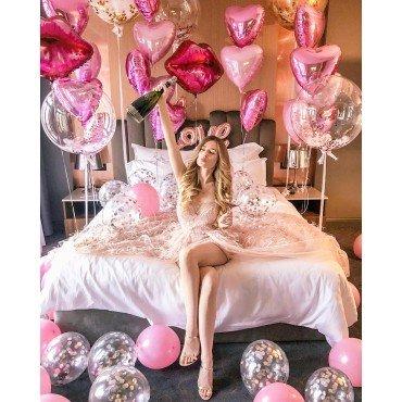 Украшение шарами для девушки в розовых цветах с губами и баблс
