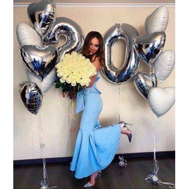 Композиция из шаров для девушки на 20 лет с серебряными цифрами