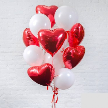 Букет из воздушных шариков белого цвета с красными сердцами