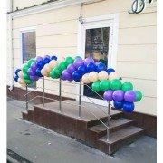 Шарики на перила перед входом в магазин