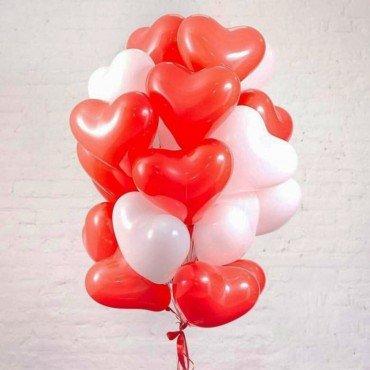 Букет из шариков в виде сердец красного и белого цвета
