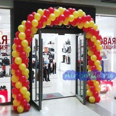 Арка из шариков в магазин обуви красного и золотого цвета