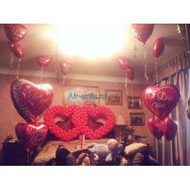 Двойные сердечки из шаров на кровать, фольгированные сердца под потолок и фонтаны с сердцами