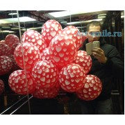 Красные шары для влюбленных с рисунком белых сердец