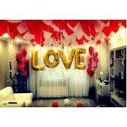 Украшение комнаты с надписью «LOVE»