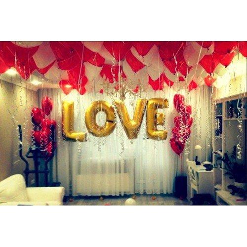 Надпись Love большими буквами ко дню всех влюбленных в квартире