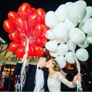 Белые и красные шары на свадьбу сердечки