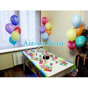 Шары с днём рождения и сервировка стола