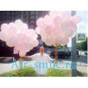 Счастливый отец с охапкой шаров