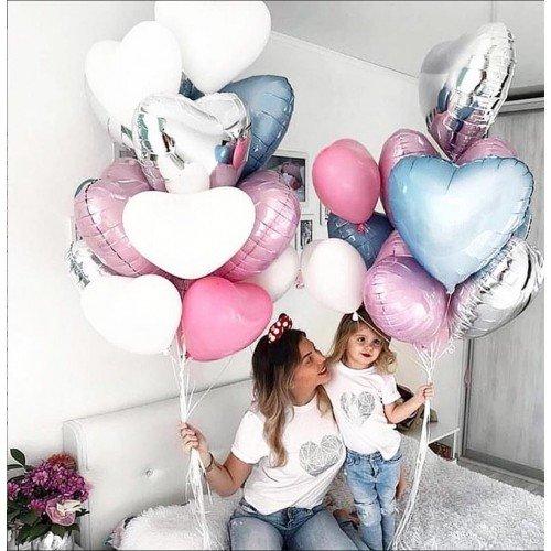 Мама с дочкой и шарики сердечки